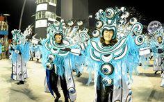 Integrantes da Mocidade Alegre desfilam no sambódromo do carnaval de São Paulo; escola abordou em seu enredo a sedução e a as tentações
