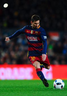Lionel Messi of FC Barcelona takes a free kick during the Copa del Rey Round of 16 first leg match between FC Barcelona and RCD Espanyol at Camp Nou on January 6, 2016 in Barcelona, Catalonia.