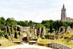 Saintes, l'amphithéâtre romain ; à droite, tour de la Basilique Saint-Eutrope.