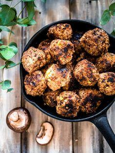 Vegaaniset kvinoa-sienipyörykät ovat täyteläisen ja jopa lihaisen oloinen vegeversio lihapullista. Vegan Vegetarian, Vegetarian Recipes, Vegan Food, Vegan Meals, Sweet And Spicy, Plant Based Diet, Wine Recipes, Food Inspiration, Clean Eating