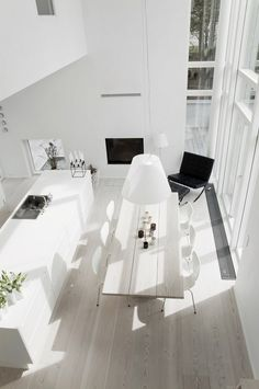 La maison d'Anna G.: White interior of Swedish woman, who after living in other countries, has settled in Paris. This setting very much reflects international style.