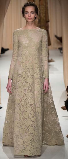Stately Evening Gown by Valentino Spring 2015 Couture Runway - Vogue Haute Couture Paris, Valentino Couture, Couture Fashion, Fashion Show, Fashion Design, Couture 2015, Paris Fashion, Style Fashion, Valentino Paris