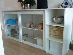 Образовалась у меня небольшая подборка интересных вариантов жилища для кролика своими руками. 1. Дом из комода. Здесь как двухэтажная клетка, но можно сделать лесенку наверх для пары кроликов, живущих вместе, к примеру. 2. Дом из комода (или самодельный) под кроватью 3. Дом из комода \ мебели под…