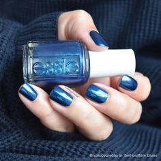 Nailsbyarelisp brings the 70's back with her 'bell-bottom blues' mani.