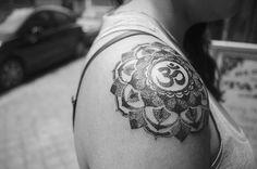Mandala creado en puntillismo para Tamara, coronado con un OM, paz...