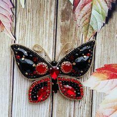 И ещё не много красок 😉 чудная бабочка 🤗 яркая и в то же время строгая😍  #брошьручнойработы #авторскаяброшь #брошьказань #ручнаяработа #стильноеукрашение #брошечка #брошьсвоимируками #брошьвподарок #подарокручнойработы #брошьбабочка #брошьмотылек #бабочкаброшь #насекомое #брошьнасекомое #бабочка #handmade #handworks #brooches #assecories Bead Embroidery Jewelry, Beaded Embroidery, Native Beadwork, Brooches Handmade, Beaded Brooch, Diy And Crafts, Gifts For Her, Homemade, Elsa