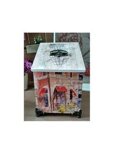 Multifunction box with elegant vintage design ready to decorate your room.  Size: 12x12 cm