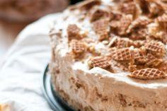 Onweerstaanbare no-bake stroopwafeltaart, Misschien toch eens proberen. No Bake Desserts, Just Desserts, Delicious Desserts, Yummy Food, Baking Recipes, Cake Recipes, Dessert Recipes, Pie Cake, No Bake Cake