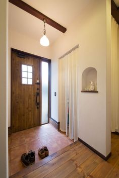 【アイジースタイルハウス】玄関。明るい玄関にシューズクロークを設置。ドアや照明、R型のニッチが可愛らしい