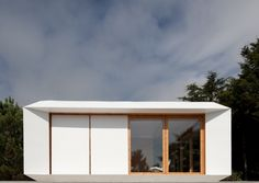 This mobile modular home inspired by Japanese architecture was made for the flexible family. Affordable and totally customizable, this unique housing concept by MIMA Architecture is literally made to order. Prefab Modular Homes, Modular Housing, Prefabricated Houses, Prefab Cottages, Prefab Cabins, Interior Design Minimalist, Modern House Design, Bungalows, Bauhaus