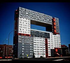 """ミラドール オランダのロッテルダムを拠点とする建築家集団「MVRDV」の設計で、マドリードに建てられたマンション。「ミラドール」とは、スペイン語で「見晴し台」の意味。中央部の空洞は住民の交流用の広場となっている。 Mirador The Netherlands in Rotterdam in the design of the architect group """" MVRDV """" based in , the apartment was built in Madrid . The meaning of the """" Mirador """" , in Spanish , """" Miharu City stand ."""" Cavity of the center has become a plaza for the exchange of residents ."""