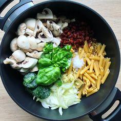 En utrolig nem og velsmagende one pot pasta med bacon, svampe og spinat. Den er så nem at lave og du kan sagtens overraske dine gæster!