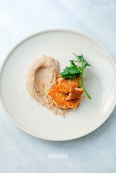 Hummus di fagioli borlotti con trancio di salmone in padella. Una ricetta super veloce (10 minuti), facilissima da preparare e molto leggera ...provatela!