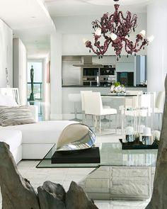 La pièce principale de vie avec le séjour, la salle à manger et la cuisine