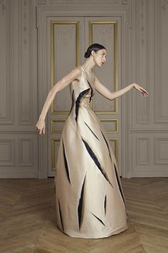 Giles Deacon Fall 2016 Couture Collection Photos - Vogue