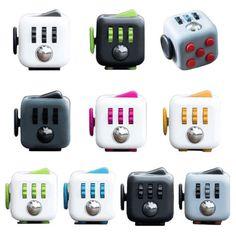 Fidget Cube, adı üstünde, küp şeklinde, ancak ergonomik bir aygıt. Yüzeylerinden çoklu ve tekli düğmelere basarak rahatlamanızı sağlıyor. Evde, ofiste, okulda çalışan, düşünen, gündüz rüyası gören hemen herkes elinde kalem, anahtarlık, kaşık vs sallıyor.