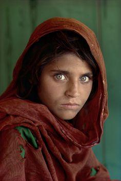 Sharbat Gula, ragazza afgana al campo profughi di Nasir Bagh vicino a Peshawar, Pakistan, 1984. - (Steve McCurry)