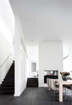 white interior with black stairs Black Floorboards, Modern Interior, Interior Architecture, Kitchen Interior, Sol Sombre, Black Stairs, Wood Stairs, Interiores Design, White Walls
