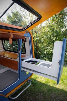 French company launches teardrop trailer with ingenious indoor-outdoor kitchen - Camper - Diy Camper Trailer, Tiny Camper, Off Road Trailer, Camper Parts, Airstream Trailers, Rv Campers, Happy Campers, Motorhome, Teardrop Camper Trailer
