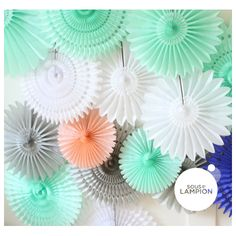 Rosaces tailles différentes Backdrop Ideas, Backdrops For Parties, Decoration, Photo Booth, Cake Pops, Party, Hanging Decorations, Ceiling Rose, Dusty Rose