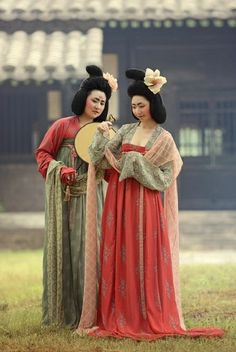 A modern reproduction of the Tang-styled makeup and clothing. It might look a bit strange according to today's standard, but beauty is really a fluid and relative thing which depends on the context - Chinese Tang Dynasty hanfu style Hanfu, Cheongsam, Oriental Fashion, Asian Fashion, Chinese Fashion, Fashion Hair, Traditional Fashion, Traditional Dresses, Traditional Chinese