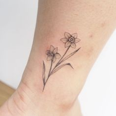The Birth Flower Tattoos Ideas Die Geburtsblume Tattoos Ideen Narcissus Flower Tattoos, Daffodil Tattoo, Birth Flower Tattoos, Flower Wrist Tattoos, Finger Tattoos, Tattoos For Women Small, Small Tattoos, Fake Tattoos, Temporary Tattoos