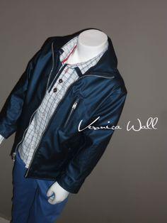pantalón azul con vistas en bolsas, camisa cuadrada manga corta en contrastes rojos y azules y bordado en bolsa ojal, cazadora en vinipiel azul metalico y cierres plata