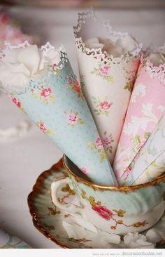 Ideas originales para bodas, cucurucho de papel con pétalos de rosa