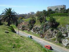 Vista de la rambla detrás del campo de golf en el barrio Punta Carretas, Montevideo. El edificio de detrás es el de la Facultad de Ingeniería.