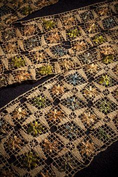 Tramezzo, Italia sec. XVII. Filet di lino. Ricamo: punto rammendo, punto lanciato, filato policromo in seta. Insert, Italy 17th cent. Lacis, linen. Embroidery: darning stitch, straight stitch, multicoloured silk threads. Ph. @leonardosalvini