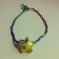 Pulsera de trenza multicolor con estrella .