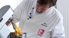 pasta fresca all'uovo ricetta dello chef Luca Montersino (la stessa proposta all'interno del programma Accademia Montersino) per preparare in casa una pasta all'uovo…