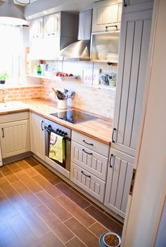 Tiny kitchen renovation, small kitchen with two-tone cabinets wood tile floors - Pudel-design featured on Kitchen Cabinets Decor, Farmhouse Kitchen Cabinets, Kitchen Interior, New Kitchen, Kitchen Ideas, Kitchen Small, Gray Cabinets, Cabinet Decor, Cabinet Makeover
