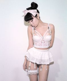I absolutely love Creepyyeha's creations!! She can mix perfectly classic lingerie with harness for example!