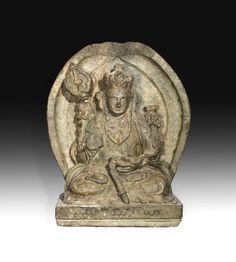 Stèle Bouddhique illustrant Chenresi Lokeshvara assis en méditation tenant le lotus grimpant supportant les soutras et un Katvanga . Pierre granit gris à traces de polychromies. Chine. Dynastie Yuan . 1271 à 1368. Ht 73 cm x larg 57 cm