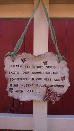 """Handgetöpfertes Schild mit Spruch: *""""Leben ist nicht genug,sagte der Schmetterling...Sonnenschein,Freiheit und eine kleine Blume gehören auch dazu...""""* Das Schild ist aus hellem Ton,mit Oxyd..."""