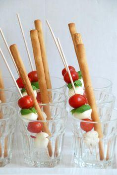 Mozarella bolletjes met tomaatje, basilicum en grissini stokje - Liebesbotschaft !