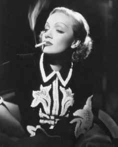 Elsa Schiaparelli vistió a numerosas estrellas de Holliwood, los iconos de la época. Marlene Dietrichcon un vestido suyo