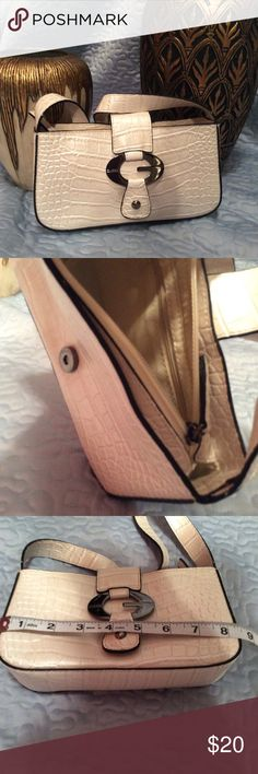 Cream Guess bag. PRICE DROPPED Small Guess bag. No marks. Only used a couple of times Guess Bags Mini Bags