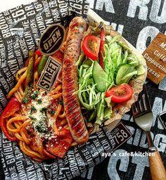いいね!411件、コメント19件 ― ayaさん(@aya1215.mikun1009)のInstagramアカウント: 「こんにちは! 本日のワタシ弁当 ☻ナポリタン弁当☻ ➕ロングソーセージ ➕サラダ🍅 今日も、しっかりお弁当食べました🍴 明日から三連休なので、午後からも お仕事頑張りまーす♪…」 Bento Recipes, Lunch Box Recipes, Japanese Lunch, Japanese Food, Pasta Lunch, Food Fantasy, Breakfast Lunch Dinner, Food Plating, No Cook Meals