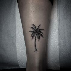 Best Palm Tree Tattoo Designs for Summer Vibes - Tats 'n' Rings - Amazing-Palm-Tree-Tattoo-On-Girl-Back-Leg Informations About Best Palm Tree Tattoo Designs for S - Piercing Tattoo, Tropisches Tattoo, Hand Tattoo, Poke Tattoo, Piercings, Tattoo Quotes, Mini Tattoos, Trendy Tattoos, Body Art Tattoos
