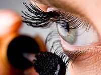 5 Mascara-Tricks, die ihr garantiert noch nicht kennt Full, long and curved eyelashes? That promise many mascaras. Here we reveal the best tips & tricks for the perfect look Makeup Trends, Makeup Tips, Beauty Makeup, Hair Beauty, Maybelline, Beste Mascara, How To Apply Mascara, Applying Mascara, Puffy Eyes
