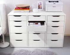 Optem por juntar vários módulos de gavetas e têm por perto o paraíso da arrumação.