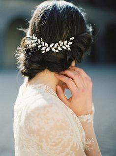 Ohrringe, Kette, Armreif, Haarschmuck - zum perfekten Brautleid gehört natürlich auch der schönste Brautschmuck. Die Auswahl an schicken und modernen Accessoires, die für einen gelungenen Brautlook perfekt sind, ist groß – und es leibt die Frage: Was trägt man eigentlich zu einem Brautkleid für Schmuck? Was ist zu viel? Oder geht doch mehr? Muss es immer klassischer Schmuck sein oder geht auch modern?