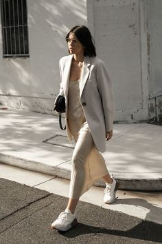 So much love this casual outfit idea with light beige silk slip dress and a light beige jacket Fashion Trends 2018, Fashion 2018, Fashion Week, Look Fashion, Autumn Fashion, Fall Fashion Street Style, Autumn Street Style, Modern Fashion, Fashion Styles