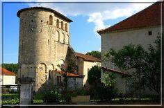 Bouteilles Saint Sébastien - Dordogne - Des bandes lombardes pour renforcer la structure, un bahut défensif en haut, voila une église fortifiée qui sait se défendre des malandrins de l'époque médiévale.