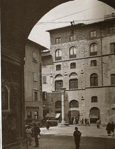 Piazza Santa Felicita, anni 20/20(?), sullo sfondo via Guiccirdini (all'epoca Borgo Santa Felicita) #ConosciFirenze