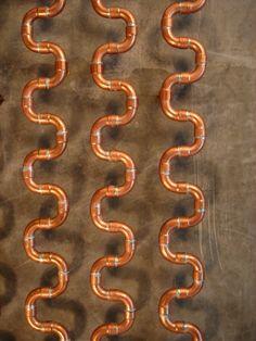 Meandering Radiator, by Aljosa Dekleva. Dekleva Gregoric Arhitekti. Radiatore fatto con raccordi in rame.