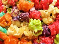 """Looks fun! """"Easy and Yummy Candied Popcorn - sweetened condensed milk + Jello + popcorn"""" Yummy Snacks, Delicious Desserts, Snack Recipes, Cooking Recipes, Yummy Food, Dessert Healthy, Cooking Tips, Jello Popcorn, Candy Popcorn"""