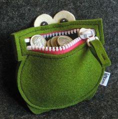 Portemonnaie grenouille en feutrine - Crapaud est de garde pour être sür que personne ne vole les sous! Dangerous frog keeps the monney ! Munchmoney in Green Felt Crafts, Fabric Crafts, Sewing Crafts, Sewing Projects, Kids Crafts, Sewing For Kids, Sewing Hacks, Diy Gifts, Handmade Gifts
